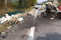Tragická dopravní nehoda u Mláky. Pohled na zdemovované iveco, ve kterém našel řidič smrt.