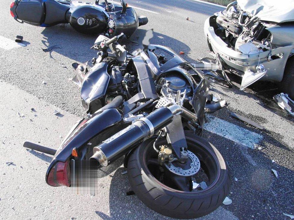 Srážka osobního auta se dvěma motorkáři u Kardašovy Řečice.