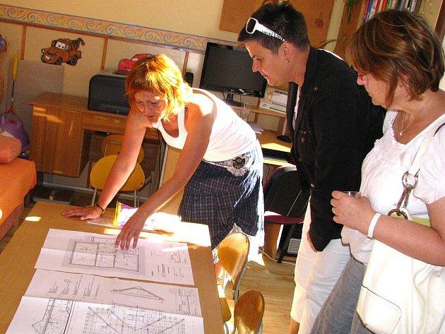 Domov pro matky s dětmi v Políkně. Den otevřených dveří. Na snímku vedoucí domova Radka Plucarová představuje nový záměr využít i půdní prostory.