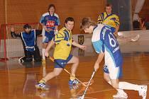 Florbalisté Slovanu v domácím prostředí nezaváhali a v turnaji III. ligy si připsali dvě výhry. Na jejich štítě skončila v zahajovacím duelu i Třeboň (6:3). Na snímku z tohoto střetnutí brání hostující Jan Nohava (vlevo) jindřichohradeckého Davida Klimeše