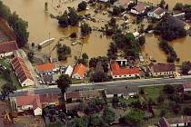 HRŮZNÝ POHLED NA ZKÁZU. Z letadla bylo vidět, jaké obrovské škody voda napáchala. Letecký snímek zachycuje část obce Majdalena, kterou zatopila voda z nádrže u místní pískovny.