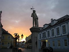 Do dolnorakouského turisticky zajímavého města Raabs se nyní mohou lidé dostat také přeshraniční autobusovou linkou, která jezdí o víkendech z Telče přes Dačice a Slavonice.