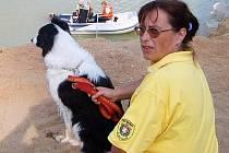 : Snímkem se vracíme k loňské pátrací akci na hladině pískovny Cep na Suchdolsku. Fena Hany Hutterové (na snímku) na vodní hladině označila utonulého, čímž ušetřila usnadnila vytažení těla.