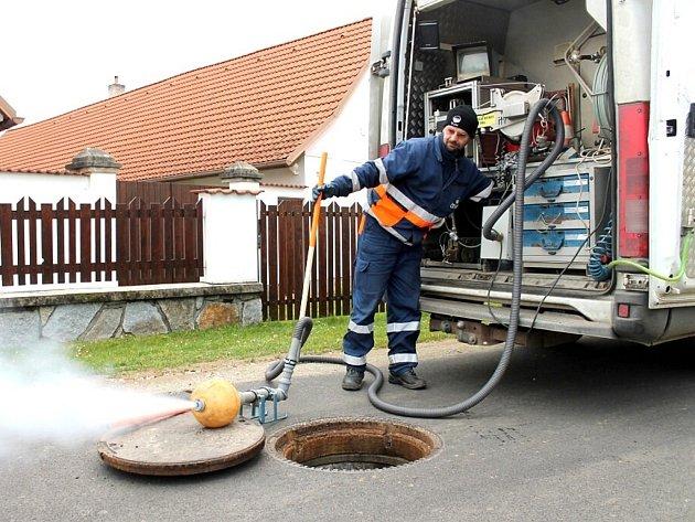Kontrola kanalizace pomocí kouřostroje v Jindřiši.