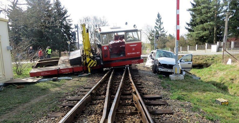 Střet osobního auta s drezínou na přejezdu úzkokolejky v Nové Včelnici.