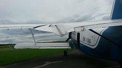 Bouřka škodila i na letišti v Jindřichově Hradci. Poryv větru vytrhl z betonu kotvení letadla, které pak nacouvalo do několik desítek metrů vzdálené čerpací stanice.