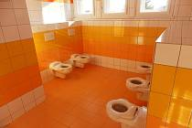 Děti z mateřské školky v Lužnici si vysoutěžily nové záchodky.