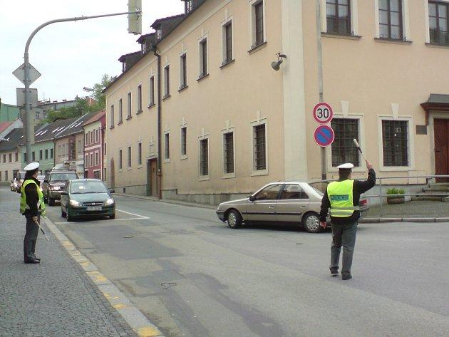 Kvůli uzavírce mostu na obchvatu v Jindřichově Hradci je nápor aut v centru města. Na křižovatkách u kovárny a na nábřeží dopravu řídí podle potřeby policisté.