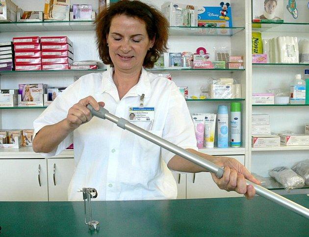 Protiskluzové pomůcky na francouzské hole a berle lze koupit také v prodejně Zelená hvězda v jindřichohradecké nemocnici u Barbory Endrolové (na snímku).