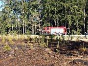 V úterý dobrovolní a profihasiči z Jindřichova Hradce zasahovali u požáru mladého lesa u Dolního Skrýchova. Foto: Miroslav Bachorík