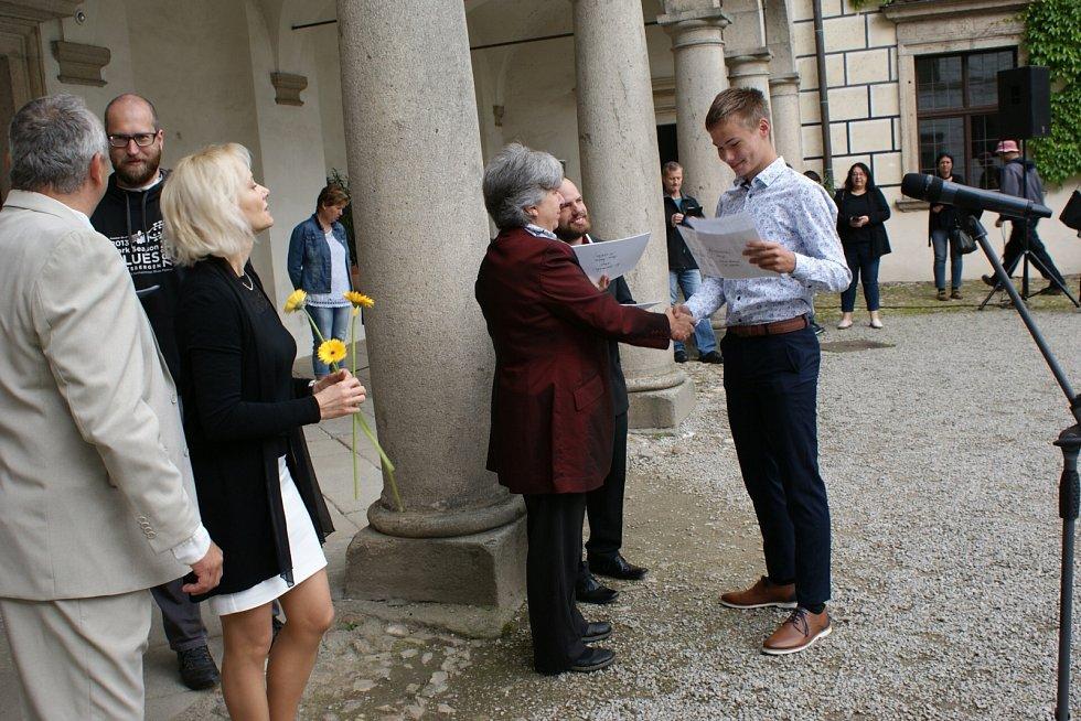 Na základní škole Štítného v Jindřichově Hradci končili žáci docházku kvůli rekonstrukci školy dříve. Od 23. června mají ředitelské volno.