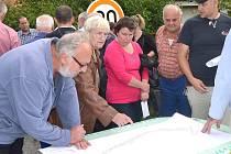NAD PLÁNEM budoucí podoby ulice Ke Mlýnu v Radouňce u Jindřichova Hradce ve čtvrtek večer rokovali místní občané se zástupci města. Moc pochopení pro projekt ale neměli.