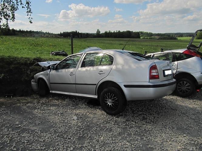 Při střetu dvou aut u Studené zemřel člověk.