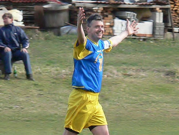 Klikovský Vladislav Nedvěd se raduje poté, co zajistil svým gólem z přímého kopu remízu na hřišti H. Žďáru (1:1).