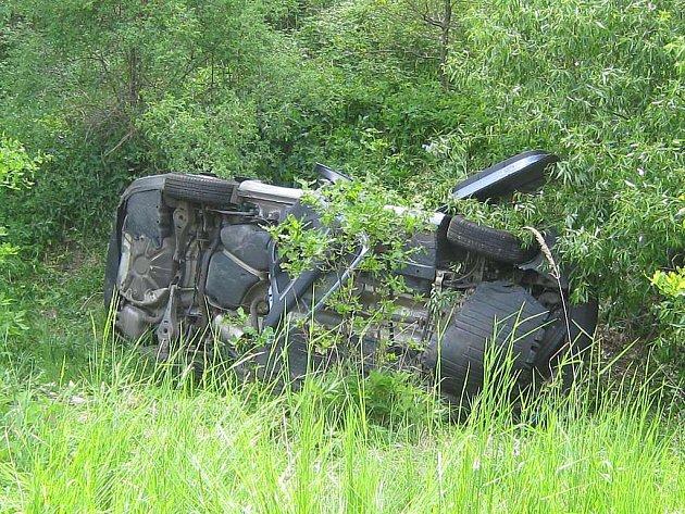 Pohled na auto, které v neděli odpoledne havarovalo u Jindřichova Hradce.