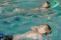 Žáci z Českých Velenic jezdí plavat do Gmündu.