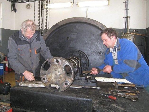 Na snímku demontují turbínu vodní lelektrárny U Devíti mlýnů pracovníci odborné firmy Miroslav Beránek (vlevo) a Milan Kormunda.