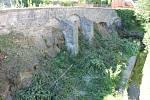 V Mlýnské ulici již vykáceli dřeviny kolem sesuvu kamení a zdiva.