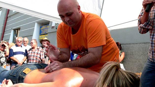 Na náměstí byla k vidění ukázka masáže, kterou předvedl fyzioterapeut Petr Voborský.
