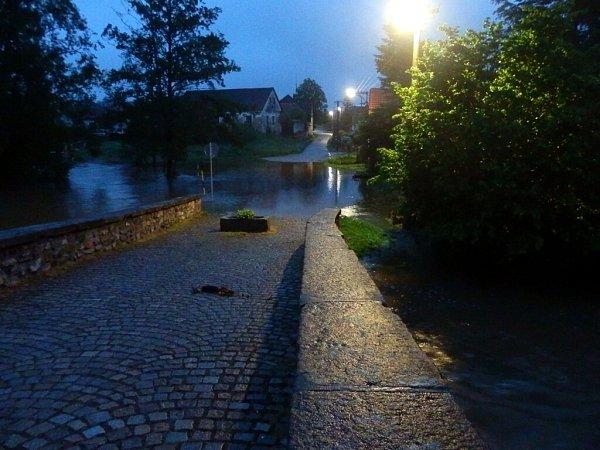 Voda vJarošově nad Nežárkou vpondělí po 21.hodině.