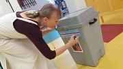 Na 1. základní škole v J. Hradci se komise už chystá. Celkem sem, do hradeckého okrsku s číslem jedna, může přijít odvolit až 447 voličů.