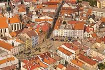 Letecký snímek hradeckého náměstí Míru.