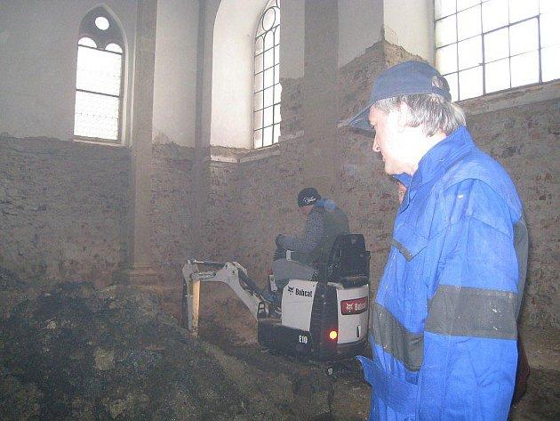 Zjišťovací archeologická sonda  v kapli sv. Víta v Muzeu Jindřichohradecka.