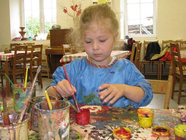 Ve výtvarných dílnách v Děbolíně rozvíjejí své dovednosti hlavně děti.