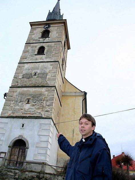 Na snímku je administrátor farnosti římskokatolické církve v Deštné Tomasz Piechnik před částečně zrekonstruovanou věží kostela svatého Ottona. Zatím je opravená teprve jedna pětina věže a nezbývá, než čekat na další peníze.