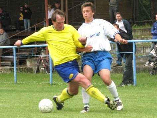 Fotbalisté od Lužnice na závěr sezony pouze remizovali na domácím trávníku s Vlastiboří 2:2. Na snímku bojuje suchdolský útočník  Filip Rácik (vpravo) s hostujícím Šťastným.