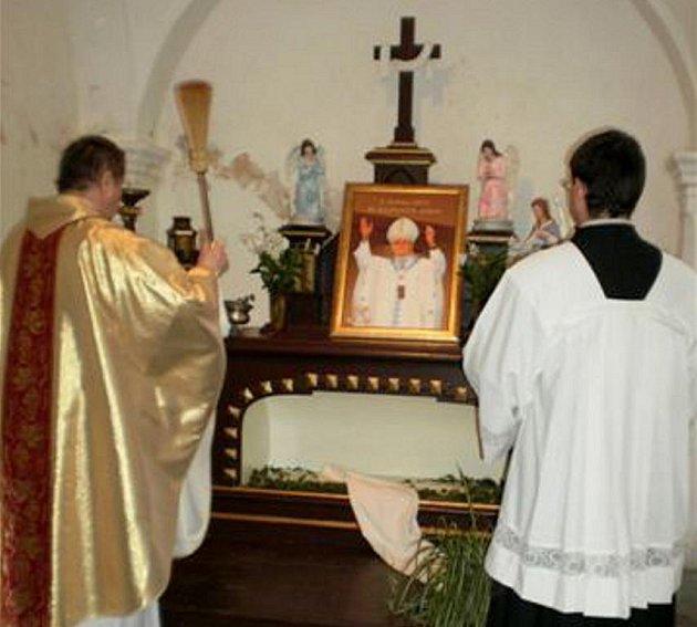 Obraz papeže Jana Pavla II. v Nové Včelnici.