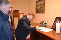 Vzdát úctu zesnulému kardinálovi Miloslavu Vlkovi mohou zájemci na kondolenčních listinách v obřadní síni třeboňského městského úřadu.
