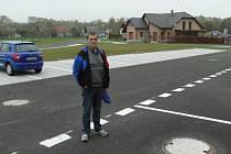 NOVÁ ULICE s parkovištěm u hřiště vyrostla v zástavbě nových rodinných domků v Lásenici. Na snímku představuje největší investici v obci starosta Rudolf Hronza.