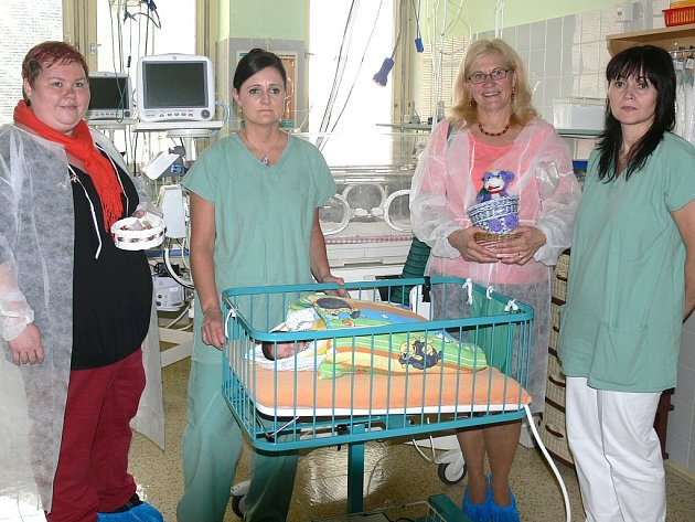 Dárky přijely do jindřichohradecké nemocnice předat zástupkyně slavonických Motalinek Vítězslava Benešová a hlavní koordinátorka projektu občanského sdružení Nedoklubko Mámy pro mámy Michaela Lískovcová (vlevo). Převzala je staniční sestra Jana Batóková.
