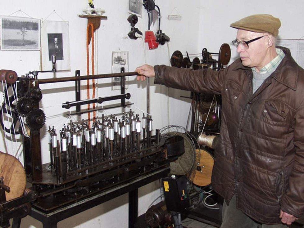 Karel Klik z Deštné ve svém Muzeu provaznictví.