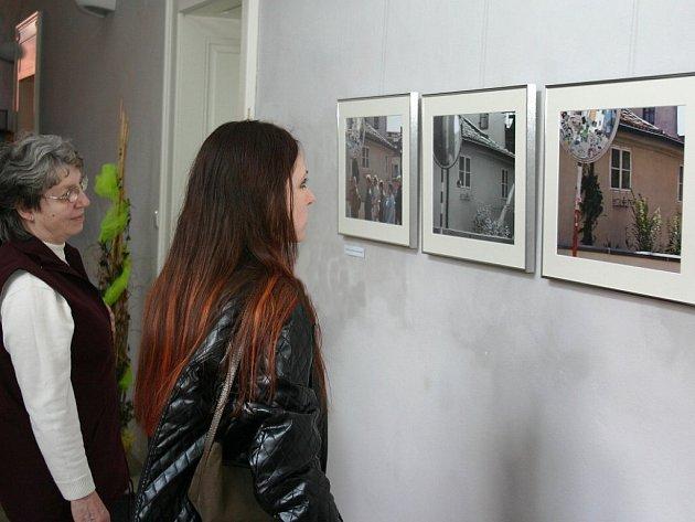 Výstava fotografií švýcarského fotografa Henriho Leuzingera v Národním muzeu fotografie.