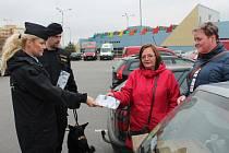 Osvětová akce policie u jindřichohradeckého Kauflandu zaměřená na prevenci proti kapsářům a vykradačům aut.