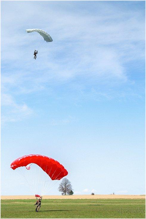 Skok z výšky 400 metrů absolvovali na padácích OVP-12 SL při rychlosti letounu 160 kilometrů v hodině. Cvičení se účastnilo 30 výsadkářů.