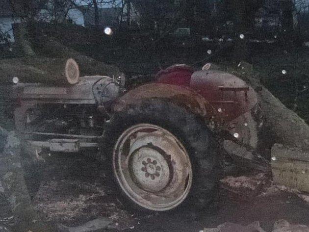 Při kácení třešně spadl v Suchdole nad Lužnicí na seniora zadícího na traktoru strom.