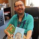 Přemysl Švec přinesl do redakce  spoustu dětských knih.