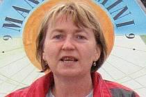 Ptá se: Ivana Pečtová. Narodila se 20. ledna 1962. Pracuje jako učitelka Gymnázia Vítězslava Nováka v Jindřichově Hradci, kde rovněž žije.
