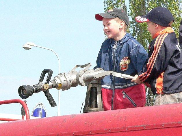Děti si užívaly u hasičů.