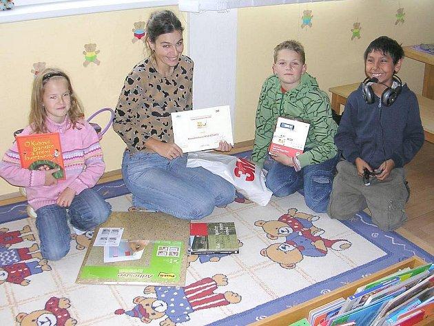 Radost z dárků v soutěži Kamarádka knihovna v novovčelnické knihovně.