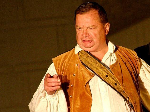 LEGENDA ODCHÁZÍ. Na snímku je Václav Staněk v roli rytíře Tobiáše Říhala ve hře Williama Shakespeara Večer tříkrálový.