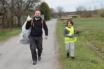 Dobrovolníci z Plavska letos sesbírali 110 kilogramů odpadu. U společného opékání buřtů se sešlo 6 dospělých a 20 dětí, kteří v sobotu uklidili svůj kousek Plavska.