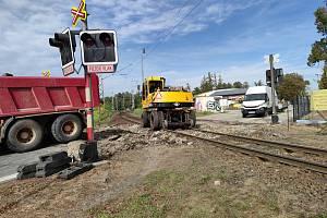 Železniční přejezd v Jindřichově Hradci u bývalých jatek na výpadovce na Deštnou o víkendu obsadili dělníci. Jeho oprava a s tím spojená uzavírka potrvá do středy 7. října.
