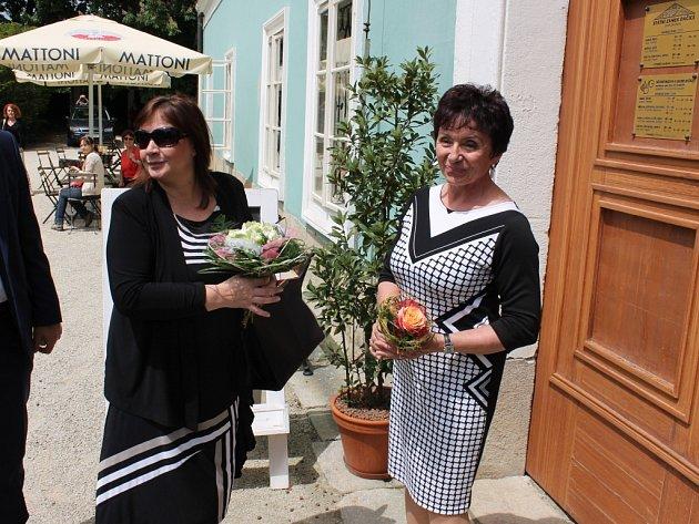 Ivanu Zemanovou při návštěvě v Dačicích přivítala ředitelka Muzea a galerie Marie Kučerová.