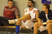 ÚKOL. Trenér basketbalistů JHComp Rudolf Hauser (vlevo) společně se svým hrajícím asistentem Petrem Němcem mají před sebou jasný úkol: v obou domácích zápasech zvítězit!