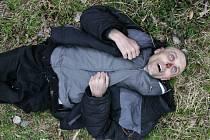 Nepoznáváte někdo muže nalezeného v březnu mrtvého u Písečného? Policisté stále neznají jeho totožnost.