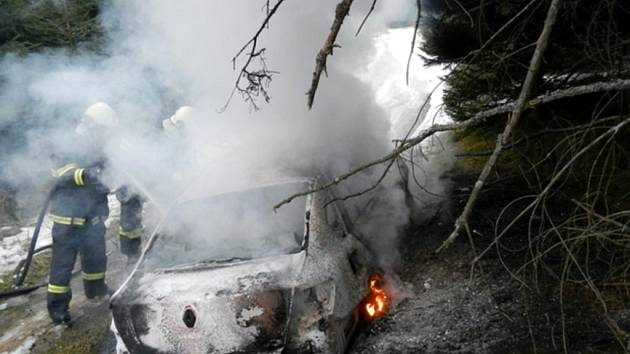 Požár auta v Radíkově. Hasiči již dílo zkázy nedokázali odvrátit.